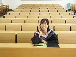 女生回校拍一个人的毕业照