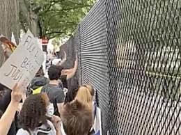 白宫外广场竖起铁网