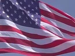 美国最大国旗被撕成两半
