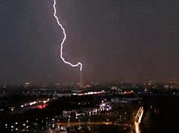 华盛顿纪念碑被闪电击中