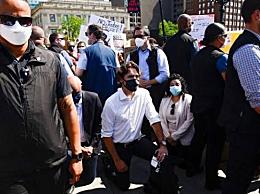 特鲁多参加反歧视运动当众跪下