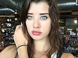 奇闻!美模特天生瞳孔异色  双色瞳孔一黄一蓝