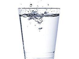 早上起床后喝一杯淡盐水