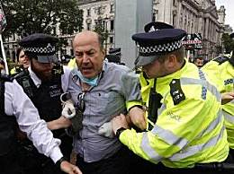 英首相车队遭抗议者袭击