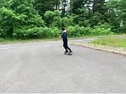 58岁生日梁朝伟玩滑板