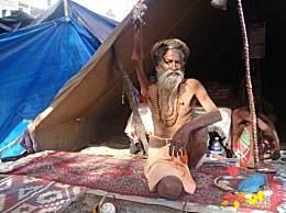 奇闻!印度苦行僧举右臂38年 右臂已完全瘫痪
