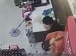 老板6瓶酒砸倒抢劫男子