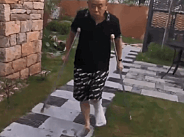 63岁潘长江骨折拄拐