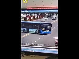 安顺公交车坠湖瞬间视频