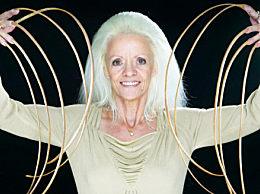 奇闻!女子30多年没剪指甲 总长度8米创世界纪录