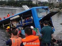 贵州坠湖公交救出37人中有学生12人