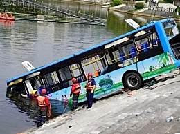 坠湖公交司机身亡