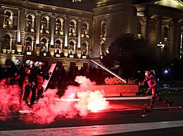塞尔维亚宵禁引十年最大规模抗议