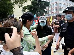 张子枫高考考场外被围