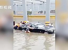 西安暴雨劳斯莱斯积水中被困 六七个市民将车推出两三米远