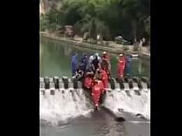 女孩游泳被吸入排水管