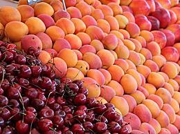 疾控部门提醒市民:选购水果生鲜应佩戴一次性手套
