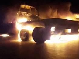 美军在伊拉克遇袭 枪手将司机赶下车后点燃车辆并逃离