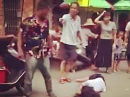 群众围观丈夫当街暴打妻子