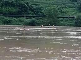 7人迎洪水漂流2人失联