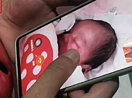 消防员隔着屏幕抚摸刚出生的儿子