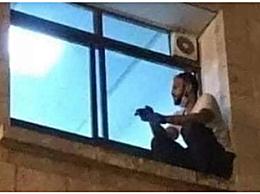 男子每日爬窗探望患新冠母亲 疫情下一件令人心碎的故事