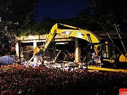 秦淮河大堤下的违建餐厅被连夜拆除