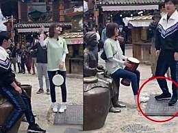 郭京飞王珞丹坐雕塑踩石碑