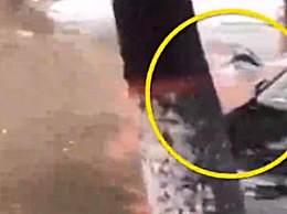 女子积水中游泳险遭车撞