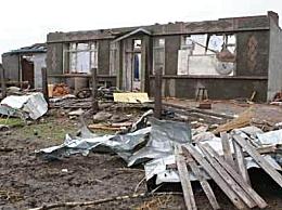 黑龙江乡镇遭龙卷风房盖满天飞