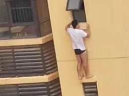 男子站在20多层的外墙上坠亡