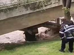 四川男子江边拍洪水被卷走