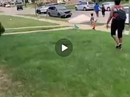美国警察向非裔男子开数枪