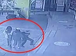 女生遭袭胸同学阻止遭刑拘