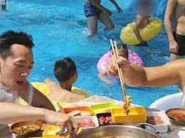重庆游客坐冰桶里吃火锅