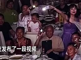 参加外孙女婚礼姥爷用老人机打灯 用自己独特的方式祝福
