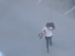 吵架吵不过将女朋友扔垃圾桶