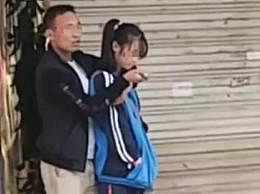 男子校门口持刀行凶致4学生受伤