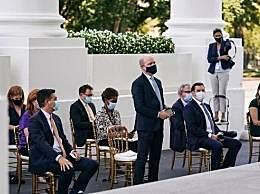 特朗普让记者摘下口罩遭拒绝