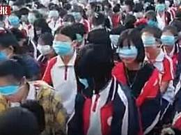 学校感恩教育要求学生用口罩捂眼