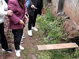 两孙女被奶奶推拉进粪坑溺亡