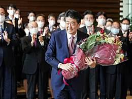 安倍手捧鲜花离开首相官邸