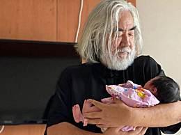 张纪中怀抱小女儿