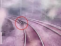 2小孩为拍短视频逼停动车30分钟 还差两秒就被火车撞上