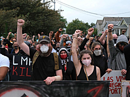 怒火再烤美国多地示威抗议