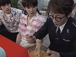 刘谦把碎纸条变成面条吃掉了