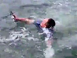 消防员跳冰湖为游客捡无人机