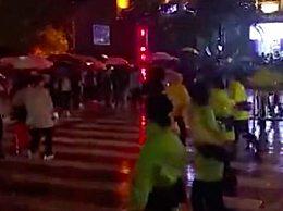 重庆女警雨中人墙疏导游客