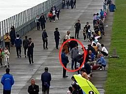 警方从观潮人群揪逃犯