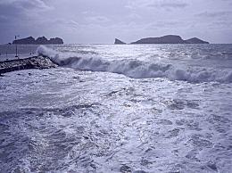 台风灿鸿持续北上 日本气象厅已发出巨浪严重警戒